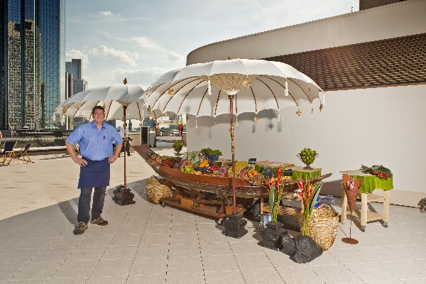 Obst-Catering in einem originalen Sampan